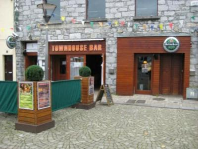 Town House Bar And Restaurant - image 1